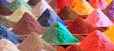 Piles de sable aux couleurs vives illustrant la gamme de couleurs de Triluminos PRO