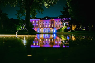 George-Kasionis-&-Stam-Tsopanakis-sony-alpha-7III-house-in-vienna-lit-at-night-across-a-lake