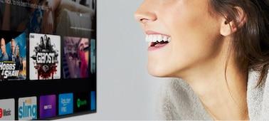 Une femme contrôlant le téléviseur à l'aide de sa voix