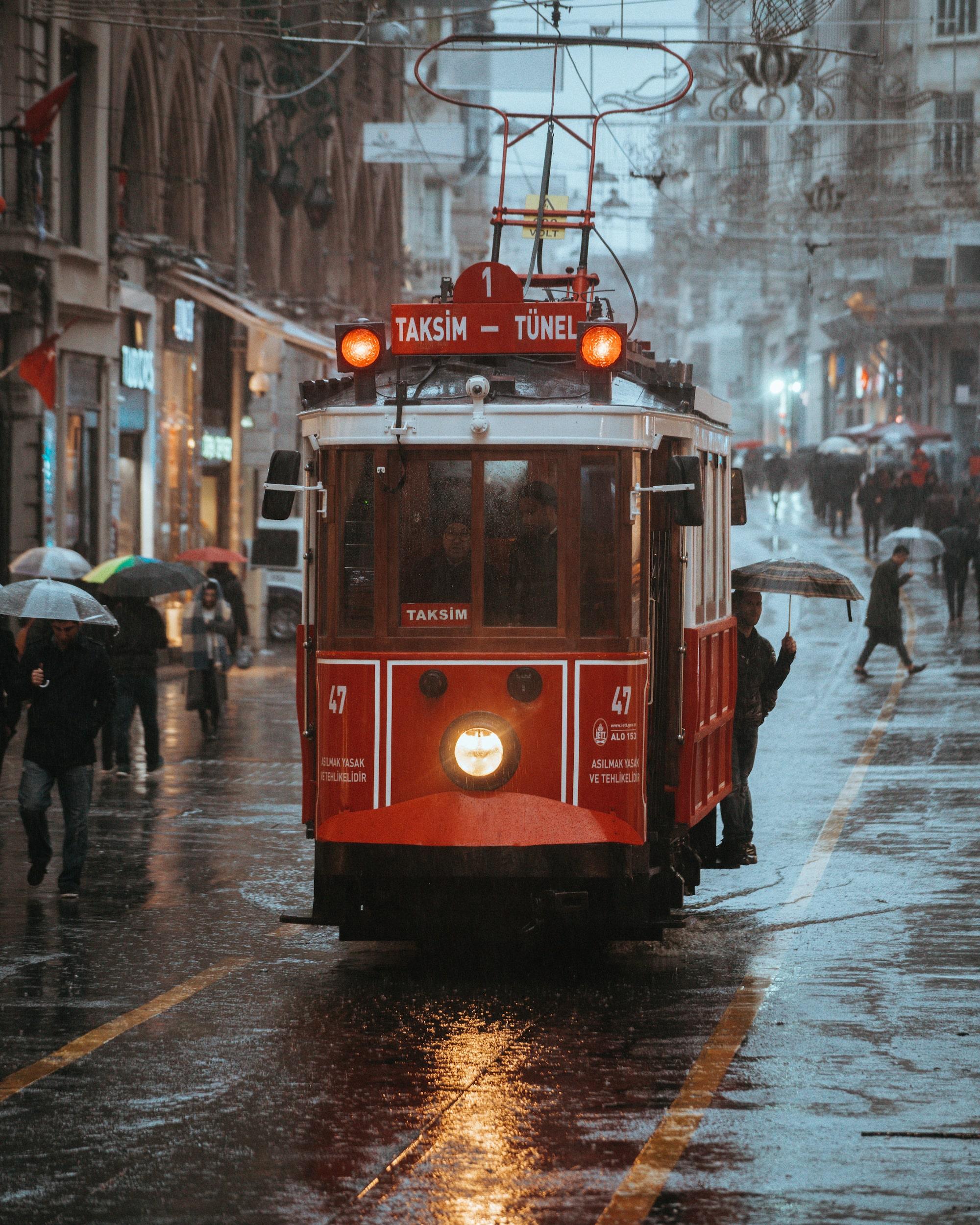 İlkin Karacan Karakuş sony A7RM2 een tram in de regen in istanbul